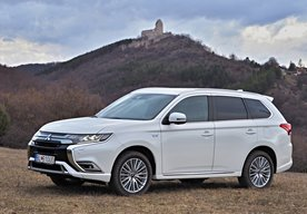 Photo Mitsubishi Outlander Plug-in Hybrid 2019: Evolúcia od podlahy