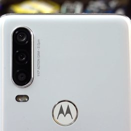 Photo Motorola one action má akčnú kameru pootočenú o 90°