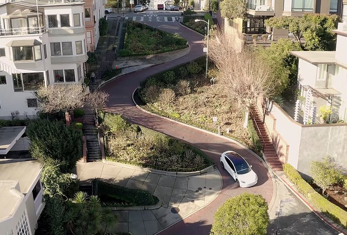 Photo Video: Autonómna Tesla zvláda kľukatú Lombard Street v San Franciscu